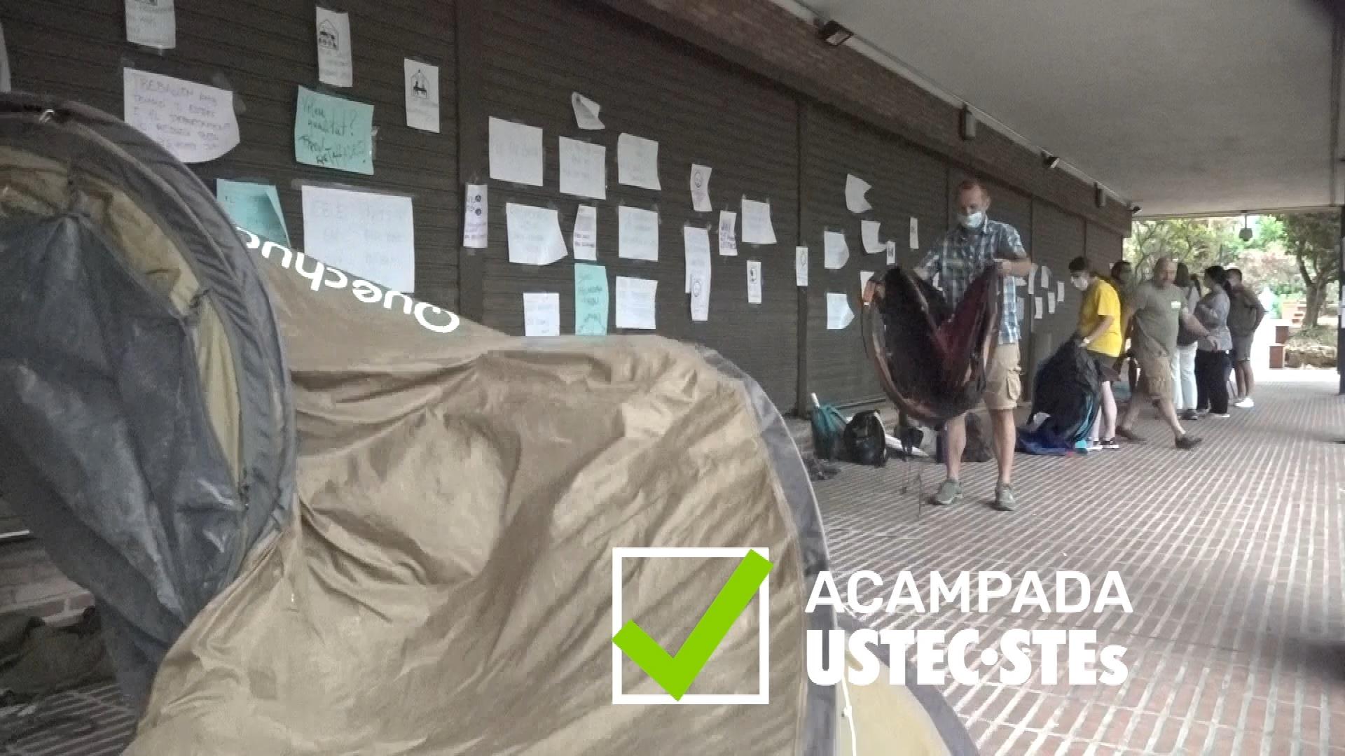 Acampada USTEC·STEs davant del Departament d'Educació